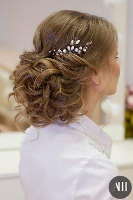 Низкий объемный пучок для волос средней длины