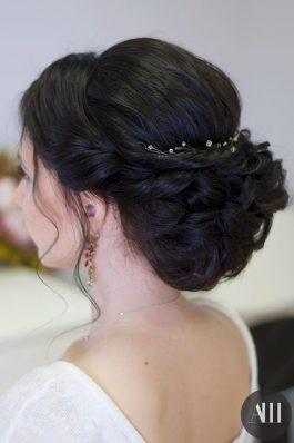 Низкий объемный пучок из средних волос