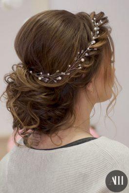 Низкий пучок на средние волосы с веточкой