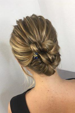 Низкий пучок на волосы средней длины на свадьбу