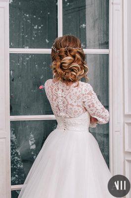 Низкий воздушный пучок для невесты от стилиста Марины Емельяновой