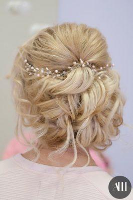 Объемная свадебная прическа на короткие волосы