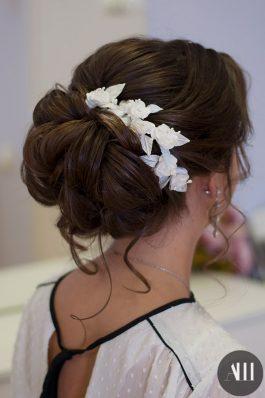 Объемный пучок на свадьбу с украшением