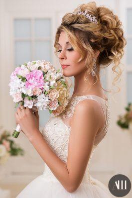 Объемный воздушный пучок на свадьбу с накладными прядями