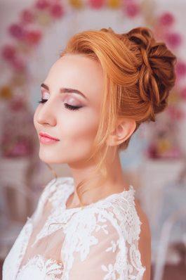 Образ на свадьбу высокий пучок и нежный макияж