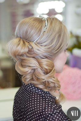 Прическа греческая коса набок с диадемой