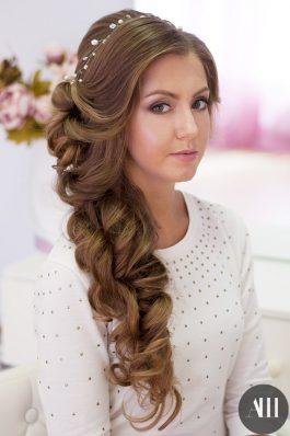Прическа на свадьбу греческая коса уложенная набок с жемчужной веточкой