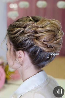 Прическа на свадьбу высокий пучок на средние волосы