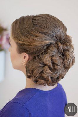 Пучок на средние волосы на свадьбу с украшением