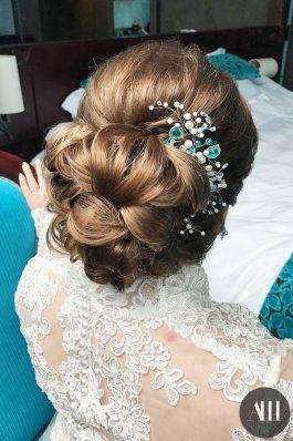 Пучок на свадьбу с украшением