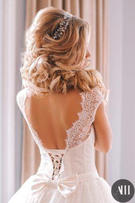 Пышная греческая коса набок