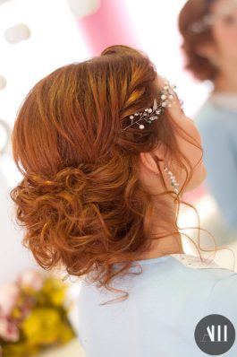 Пышный низкий пучок на свадьбу