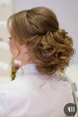 Пышный низкий свадебный пучок на средние волосы