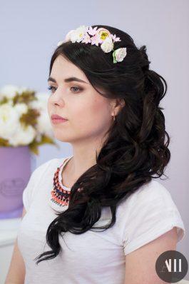Шикарная греческая коса набок с венком из цветов