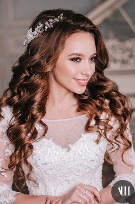Шикарные нежные локоны с украшением и красивый макияж на свадьбу