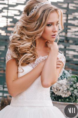 Шикарный свадебный образ с греческой косой и красивым макияжем