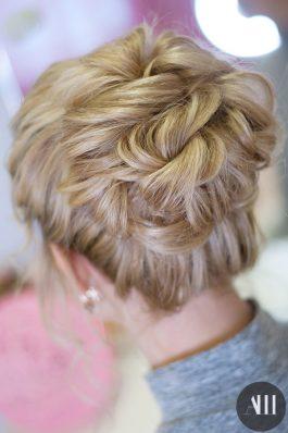 Средний аккуратный пучок на средние волосы