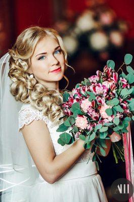 Свадебная греческая коса набок от стилистов студии Анастасии Швабской