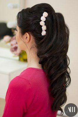 Свадебная прическа аккуратные локоны с розами