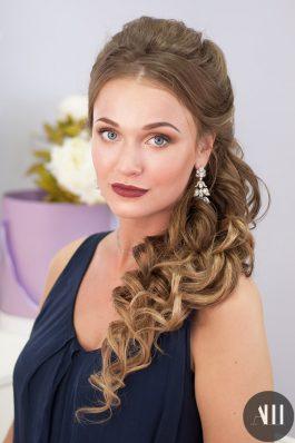 Свадебная прическа греческая коса и яркий макияж с акцентом на губы