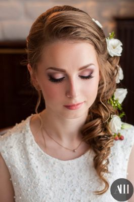 Свадебная прическа греческая коса с живыми цвета и макияж от стилистов студии Анастасии Швабской