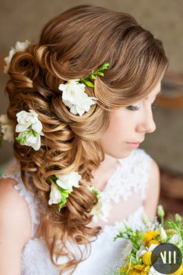 Свадебная прическа греческая коса с живыми цветами