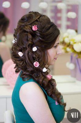 Свадебная прическа греческая коса украшенная розами
