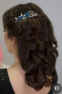 Свадебная прическа локоны на средние волосы с украшением