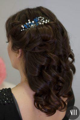 Свадебная прическа локоны с жемчужным гребнем