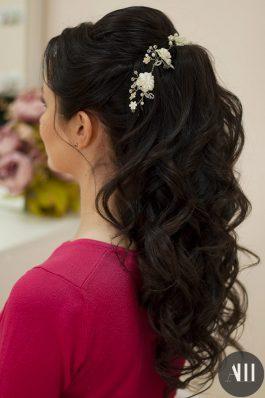 Свадебная прическа локоны убранные назад с украшением
