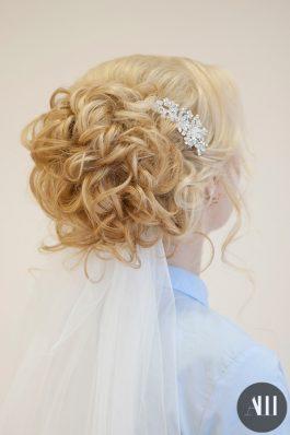 Свадебная прическа на короткие волосы с фатой и украшением