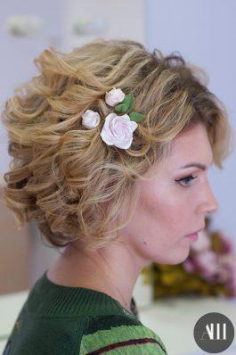 Свадебная прическа на короткие волосы с цветами