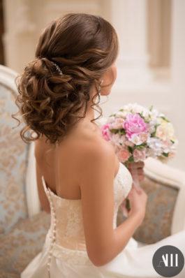 Свадебная прическа низкий пучок из воздушных локонов