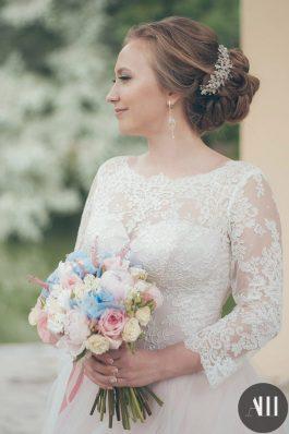 Свадебная прическа низкий пучок на средние волосы с заколкой