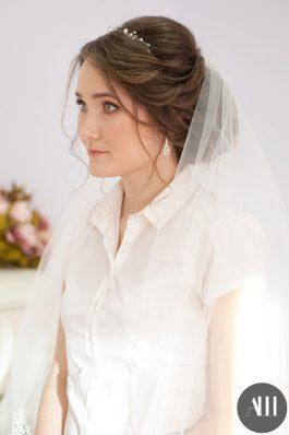 Свадебная прическа низкий пучок с фатой