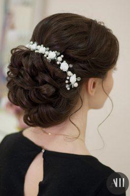 Свадебная прическа объемный пучок с украшением