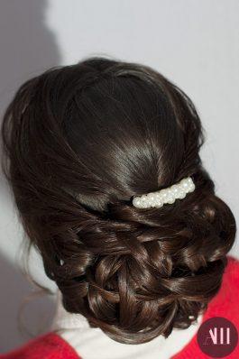 Свадебная прическа плотный низкий пучок с жемчужной заколкой