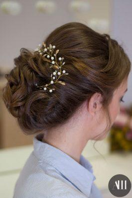Свадебная прическа пучок на средние волосы с веточкой