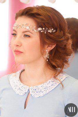 Свадебная прическа пышный низкий пучок с украшением на лбу