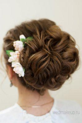 Свадебная прическа пышный пучок с украшением из цветов
