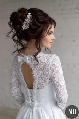 Свадебная прическа высокий пучок из локонов с заколкой