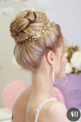 Свадебная прическа высокий пучок с украшением