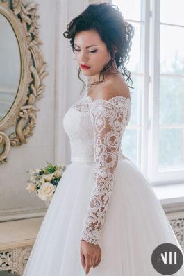 Свадебный образ прическа пышный пучок и макияж с красной помадой