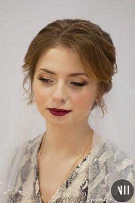 Свадебный яркий макияж с акцентом на губы