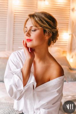 Вечерний образ убранные волосы и макияж с красной помадой