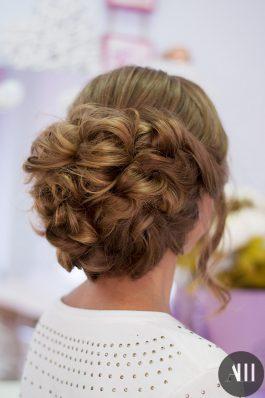 Воздушный пучок из длинных волос на свадьбу
