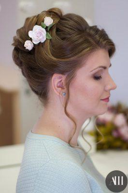 Высокий аккуратный пучок на свадьбу с цветами
