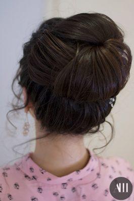 Высокий плотный пучок на свадьбу на средние волосы