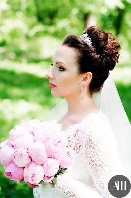 Высокий пучок на свадьбу из волос средней длины