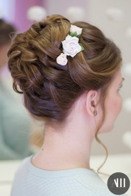 Высокий пучок с цветами на средние волосы